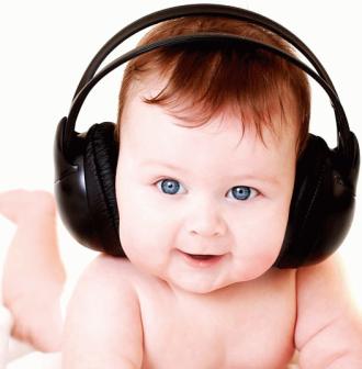 Когда новорожденный начинает слышать звуки