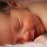 новорожденный ребенок кряхтит и тужится