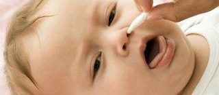 Как почистить носик новорожденному ребенку от козявок