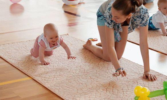 как помочь ребенку начать ползать