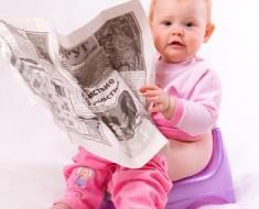 ребенок на горшке с газетой