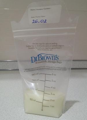 Как, в чем и сколько можно хранить сцеженное грудное молоко: на прогулке, в холодильнике, в морозилке, при комнатной температуре (СОВЕТЫ)