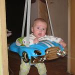 ребенок в подвесных прыгунках