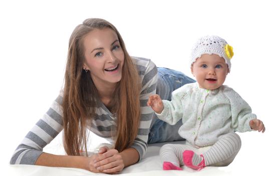 """в 6 месяцев способны сидеть при поддержке взрослого, в 7 могут держать спинку вертикально самостоятельно, в 8 — легко садиться из положения """"на четвереньках"""" или """"лежа"""""""