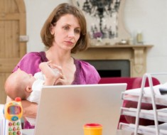 женщина сидя в декрете зарабатывает в интернете