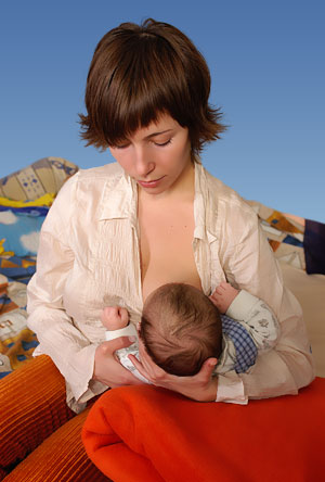 Мальчик хочет сасат грудь мамочки видео фото 272-367
