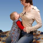 Основные позы для кормления ребенка грудью (с фото и видео)
