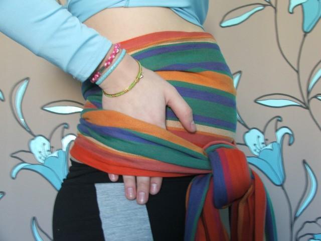 Завязываем узел. Лучше сбоку, чтобы узел был не на матке. На этой фотографии рука указывает на то, что слоя — два. И они разные. Широкий и узкий. Должно быть комфортно, нельзя затягивать слишком туго, потому что когда вы встанете, ткань станет еще туже.