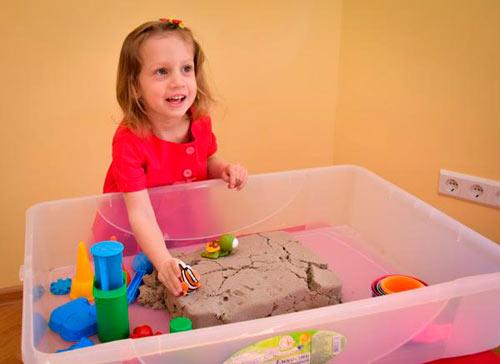 девочка-играет-с-кинетическим-песком