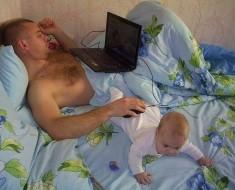 ребенок и папа с ноутбуком