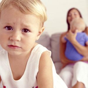 Что делать, если старший ребенок ревнуют к младшему