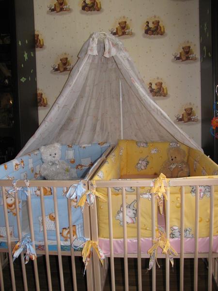 две отдельно стоящие кроватки