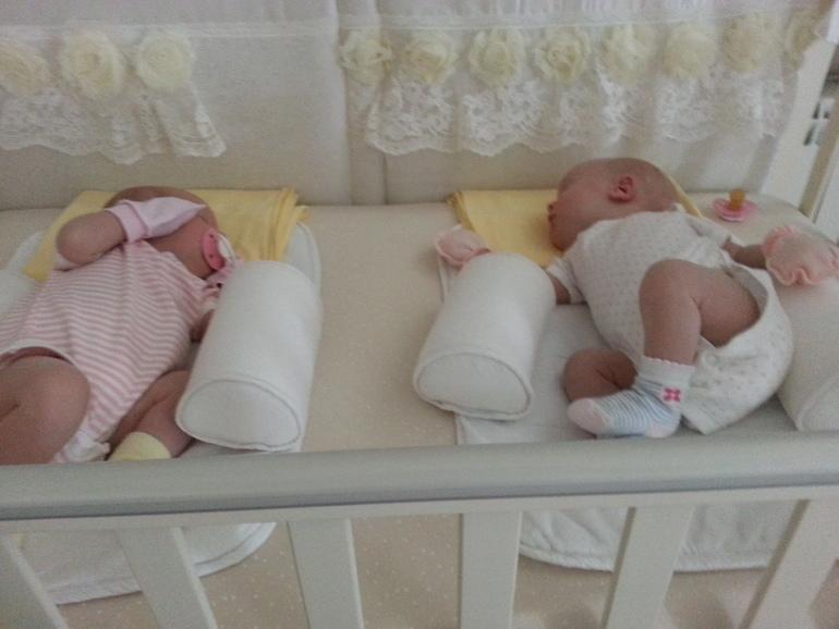 двойняшки в одной кроватке