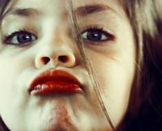 ребенок бьет на жалость