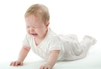 ребенок бьется головой о пол