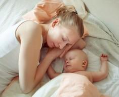 мама-спит-с-грудничком
