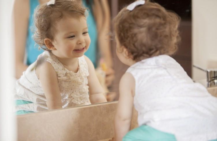 грудной ребенок и зеркало