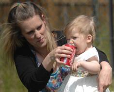 ребенок пьет кока колу