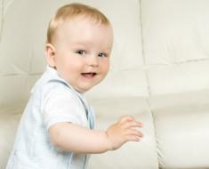 Режим дня ребенка в 1 месяц: сон, питание, прогулки, массаж, общение (видео консультации)