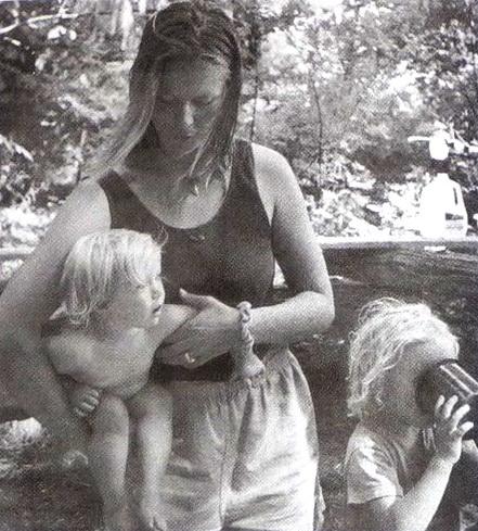Ребенок под одной рукой