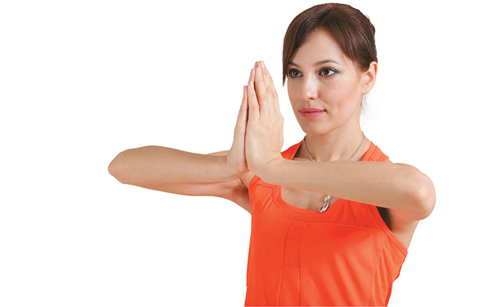 Упражнение «молитва». Следует сесть на стул, выпрямив спину, или встать. Ладони складываются на уровне груди пальцами вверх, локти разводятся в стороны. Нижние части ладоней с силой давят друг на друга, за счет чего напрягаются мышцы, предохраняющие молочные железы от отвисания. Упражнение повторяется 10-30 раз. В каждый подход необходимо досчитать до тридцати, затем расслабить мышцы.