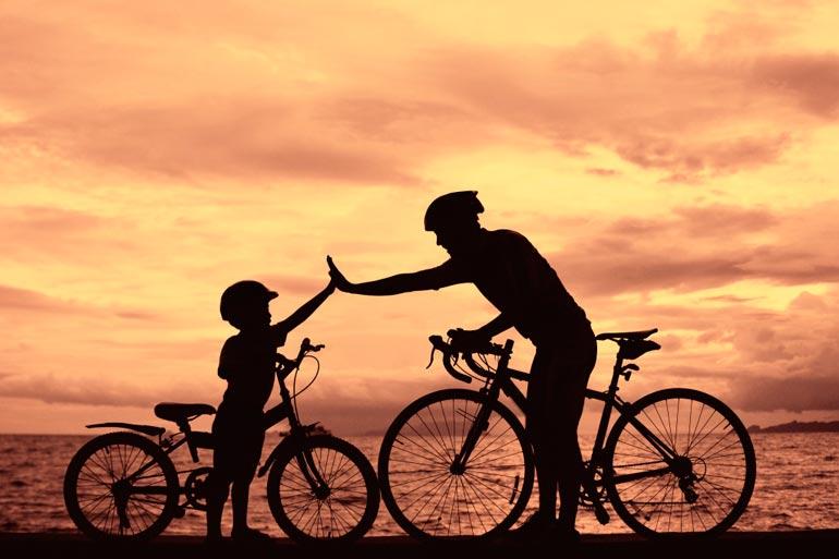 papa-i-sy`n-na-velosipedakh