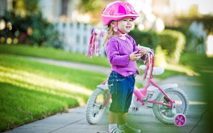 ребенок на велосипеде в шлеме