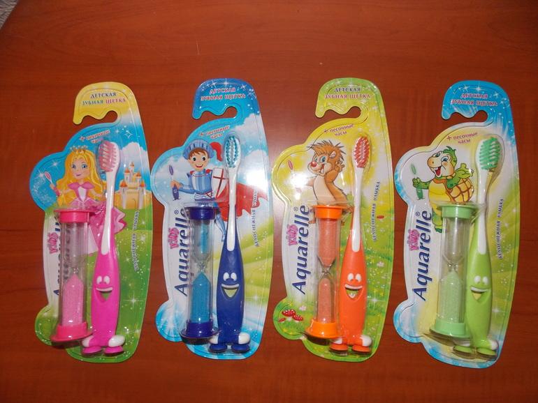 Детские зубные щетки в комплекте с песочными часами