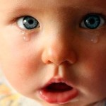 маленький-ребенок-плачет