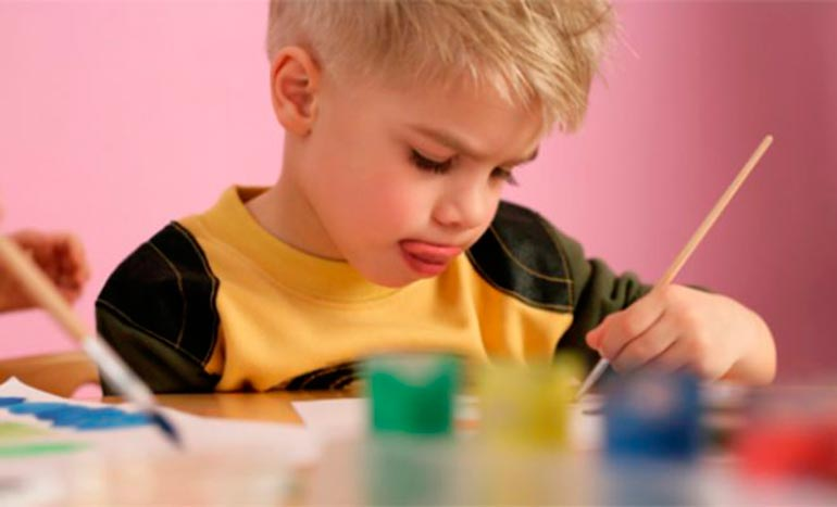 ребенок увлечен рисованием