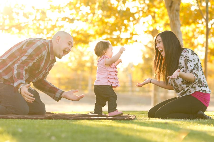 Малыш учится ходить: почему родителям не стоит торопиться