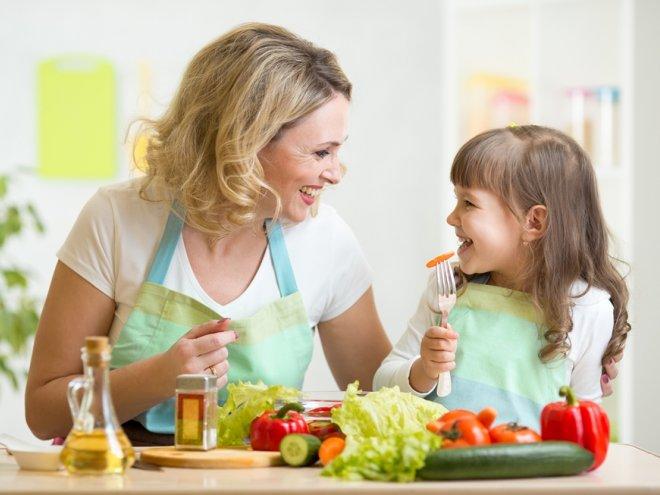 мама с ребенком готовят овощи