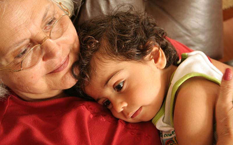 бабушка балует внука