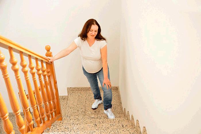 беременная женщина ходит по супеням