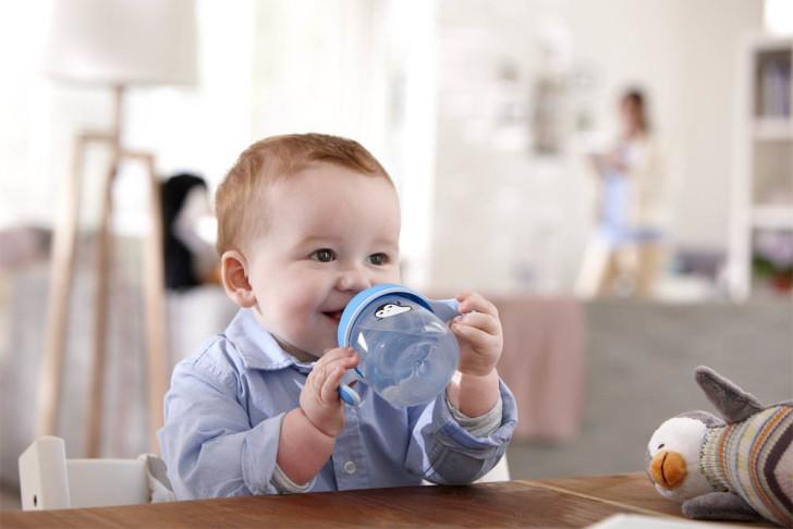 Учим ребенка пить из кружки