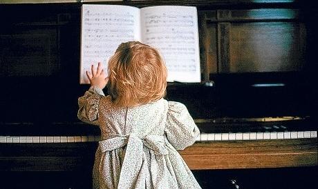 ребенок за пианино