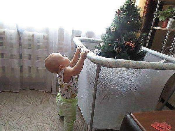 Елка в детском манеже