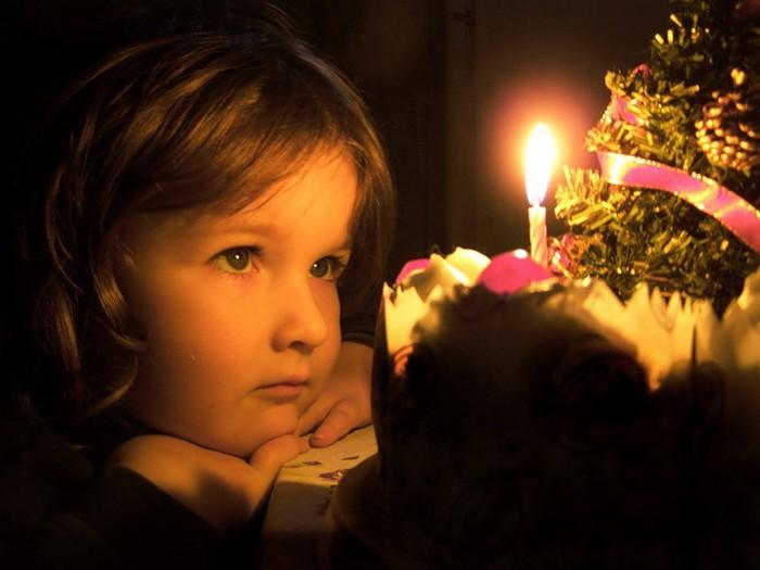 ребенок-мечтает-о-подарке-на-новый-год