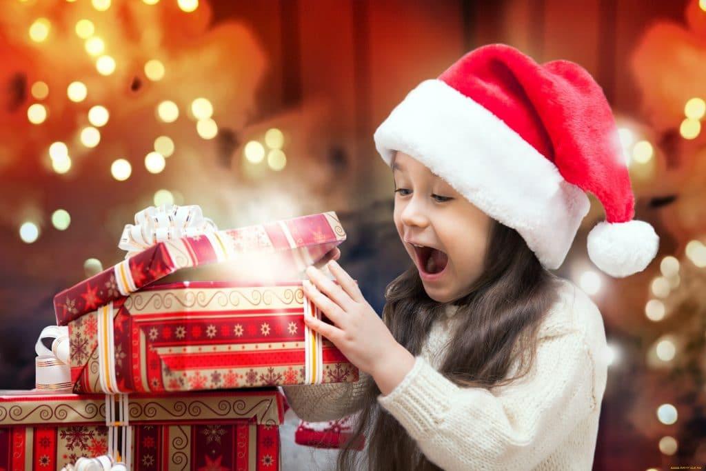 ребенок получил подарок на новый год