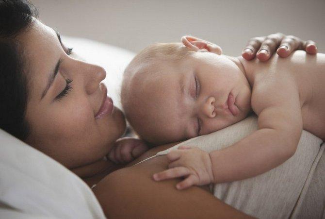 счастливая мама с новорожденным