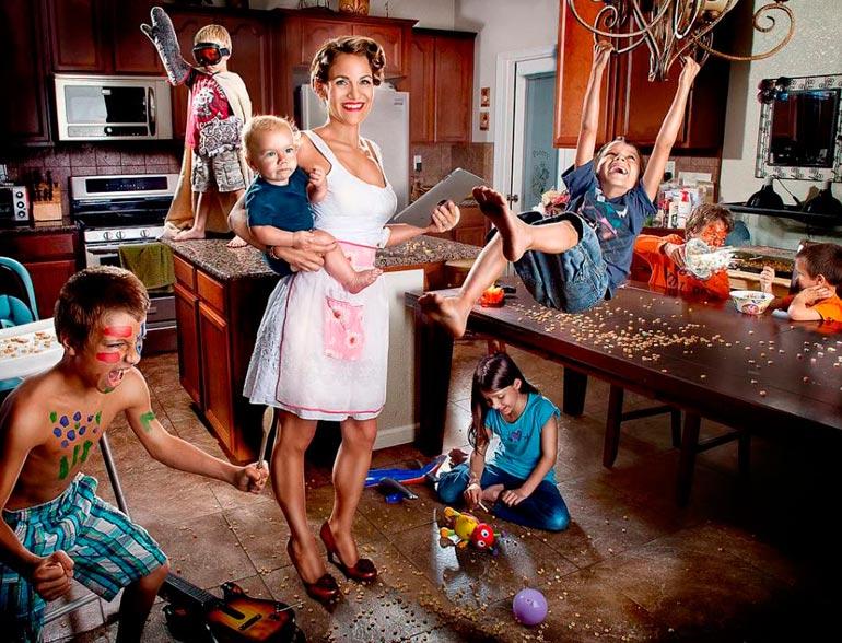 многодетная семья на кухне