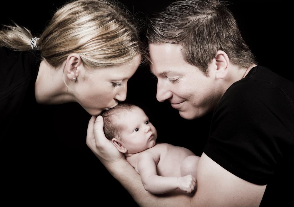 папа мама и новорожденный ребенок