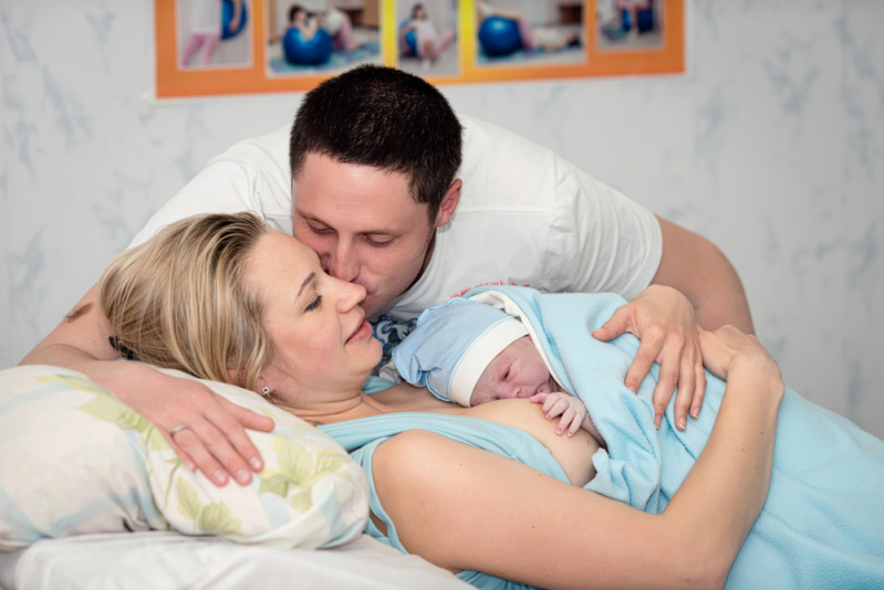 папа с мамой и с новорожденным