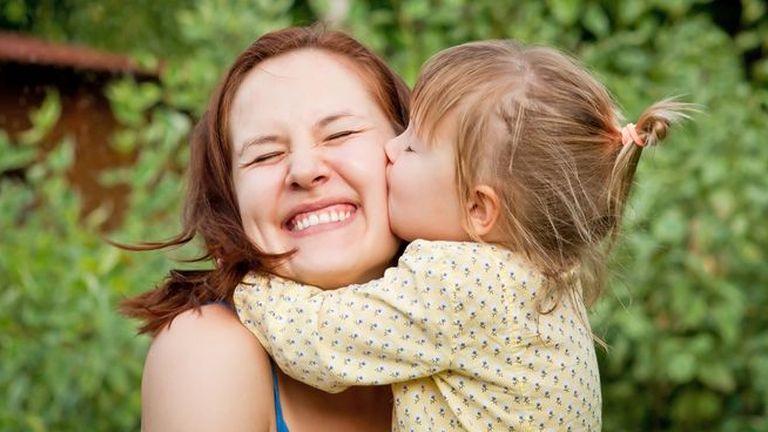 ребенок-целует-маму