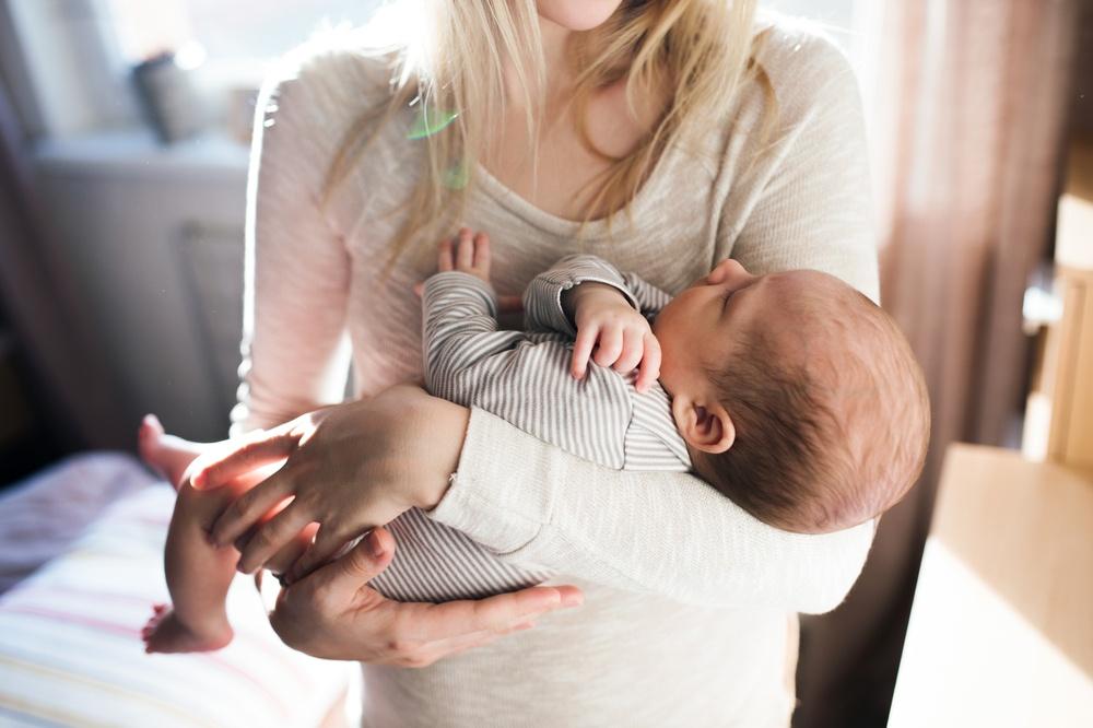 мама никому не дает своего ребенка брать на руки