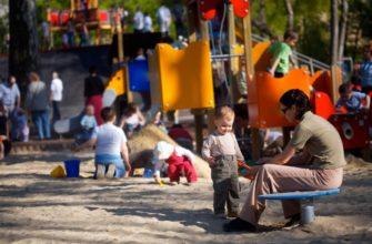 ребёнок на детской площадке