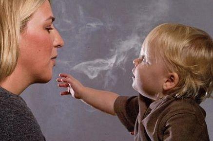 Курение, несмотря на грудное вскармливание