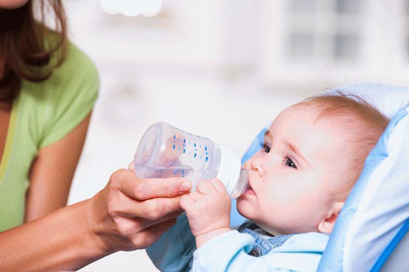 нужно ли (и можно ли) давать воду новорожденному ребенку
