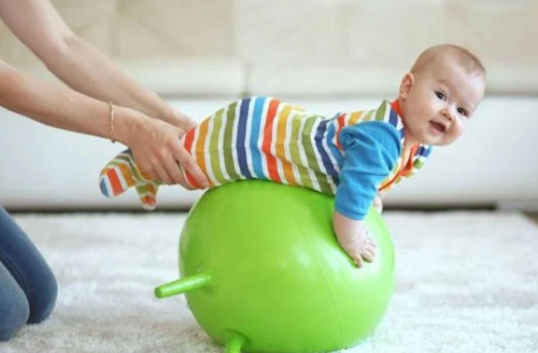 упражнения на фитболе с ребенком 6 месяцев