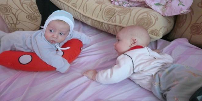 новорожденный начинает держать голову лежа на животе